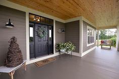 banco de madera en el porche