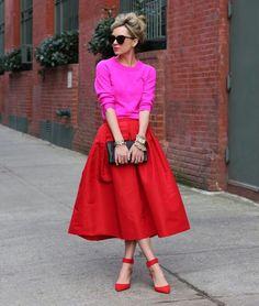 Nunca tinha percebido o quanto a combinação vermelho + rosa fica incrível,  até ver esse look maravilhoso com saia midi!