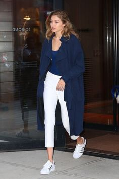 112 Women's White Sneakers Outfit Idea - The most beautiful dresses and seasonal outfits Estilo Gigi Hadid, Gigi Hadid Style, White Sneakers Outfit, Tennis Shoes Outfit, Denim Sneakers, Sneakers Adidas, Dress Shoes, Look Fashion, Fashion Outfits