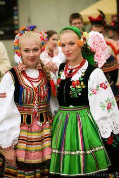 Regional costumes from Poland: Lublin (left) and Łowicz (right). Tribal Costume, Art Costume, Folk Costume, Costumes, Poland Costume, Polish Clothing, Cultures Du Monde, Polish Folk Art, Polish Models