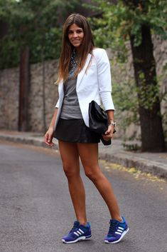 trendy_taste-look-outfit-street_style-blazer_blanca-white_blazer-leather_skirt-falda_cuero-adidas-mygirls-deportivas-sneakers-black_leather_clutch-clutch_piel_negro-marc_jacobs-grey_tee-camiseta_gris-15