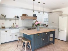 The Best Contemporary Kitchen Designs for Solid Wood Kitchens - Solid Wood Kitchen Cabinets Information Guides Open Plan Kitchen Dining Living, Living Room Kitchen, Home Decor Kitchen, New Kitchen, Sofa In Kitchen, Shaker Kitchen, Cottage Kitchens, Home Kitchens, Modern Country Kitchens