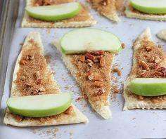 Appel croissants:  Pak kant en klaar croissant deeg en leg het op een ovenschaal met bakpapier. Beleg het deeg met bruine suiker en appeltaart kruiden. Het is lekker om er wat fijne stukjes pecannoten bij te doen. Leg nu op elk vel deeg een schijfje appel welke gedoopt is in gesmolten boter. De schil kan er af of erop blijven.. wat je zelf het lekkerste vind. Rol ze op. Bak ze in de oven op 180 graden voor ongeveer 10 – 14 minuten totdat ze goudbruin zijn.