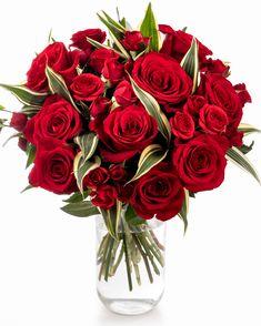 Combinația dintre trandafirii clasici și cei ramificați este irezistibilă pentru cineva care iubește trandafirii. Dacă cineva drag ție este în această situație, trimite-i un buchet cu trandafiri roșii decorați cu frunze de Dracaena și fă-i ziua mai frumoasă! Prin propriul serviciu de livrare buchete la domiciliu, cadoul va ajunge la destinație în doar 2-4 ore și în cele mai bune condiții.