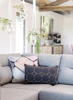 Collectie Prima-Lux en Idee+: Sierkussens en plantenhangers geven dit interieur een boost
