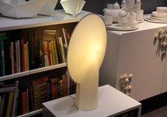 Fruto de uma parceria entre a Skitsch e o designer holandês Bertjan Pot, a Pion é uma luminária de tecido no formato icônico de lâmpada.