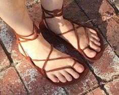 Artículos similares a 2mm: descalzo en públicos sandalias, cordones de cuero en Etsy