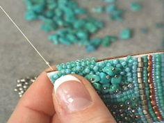 Eu tenho postado bastante sobre bijuterias feitas com miçangas bordadas. Mas sabe o que é? Essas bijuterias são lindas e únicas. Nunca uma vai ser totalmente igual a outra.Para criar esse broche você vai precisar de: feltro; tecido de camurça ou couro; miçanguinhas variadas e uma maior; linha para costura com miçangas (pode ser a ...
