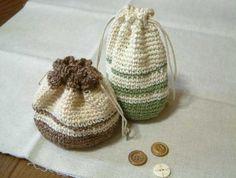 かぎ針で編む巾着です。 お菓子とかちょっとした小物を入れるのにちょうどいいですよ☆