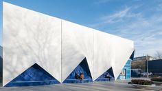 Stampa 3D in edilizia. Ad Amsterdam la prima facciata in bioplastica riciclabile Grazie ad una nuova tecnica di stampa 3D, la facciata dell'Europe Building di Amsterdam è stata realizzata con materiali plastici di origine vegetale e riciclabili prodotti in Italia.  http://www.lastampa.it/2016/08/09/scienza/ambiente/focus/stampa-d-in-edilizia-ad-amsterdam-la-prima-facciata-in-bioplastica-riciclabile-xkQeRqNzUFuFWIgGdxvHCP/pagina.html