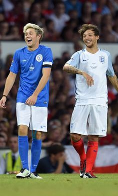 Niall Horan and Louis Tomlinson Have a Mini One Direction Reunion on the Soccer Field Memes One Direction, One Direction Fotos, One Direction Images, One Direction Wallpaper, I Love One Direction, One Direction Shirtless, Desenhos One Direction, Niall Horan Baby, Niall Horan Lyrics