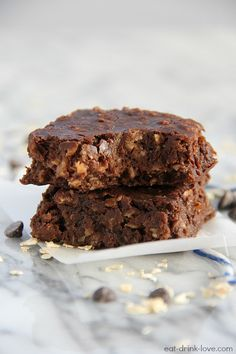 Breakfast & Brownies in the same sentence? Oh yes!! Chocolatey granola bar-style = major yum! ;) {and it's more healthy than it looks}