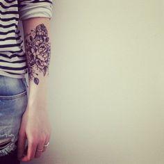 Tatouage fleuri sur l'avant-bras