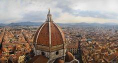 Firenze - De mi viaje por el norte de Italia, me impresiono sobremanera, la Basílica de Santa María del Fiore, en Florencia. Excepto la cúpula y los tejados de cerámicas naranjas, las paredes están recubiertas de mármol toscano blanco, verde y rosa. Esta fotografía, esta tomada desde lo más alto del Campanile, a 82 metros de altura.  Se tomo el día 24 de Septiembre de 2012 con una Canon EOS 550D a 18mm, ISO200, 1/1000s y f/3.5. Tratándose posteriormente en Photoshop.  Esta fotografía está…