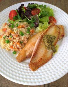 Peixe grelhado e cuscuz com legumes (pronto em 12 minutos! Low Carb Meal, Healthy Meal Prep, Healthy Dinner Recipes, Diet Recipes, Healthy Snacks, Healthy Eating, Cooking Recipes, Plats Healthy, Comidas Fitness