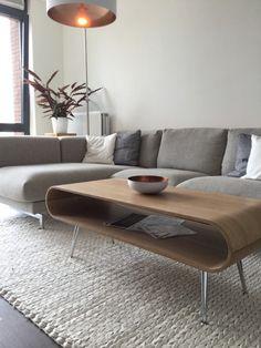 Met de Hooper salontafel met opbergruimte in naturel essenhout krijgt je woonkamer een echte retro-uitstraling.