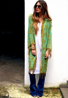 Boho Street Style Inspiration: Vintage Embroidered Green Kimono Jacket Look Look Hippie Chic, Gypsy Style, Hippie Style, Bohemian Style, Bohemian Kimono, Hippie Bohemian, Best Street Style, Street Style Outfits, Street Styles