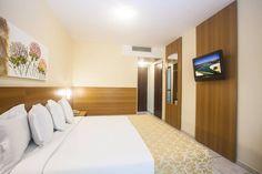 Relaxe confortavelmente neste moderno quarto de 20 m², com vista para a piscina ou para os ambientes internos do hotel. 20 M2, Bed, Room, Furniture, Home Decor, Homework Station, Swiming Pool, Bedrooms, Environment