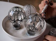 Cute idea for old lightbulbs - Steampunk hot air balloons - DIY Casa Steampunk, Steampunk Home Decor, Steampunk Crafts, Steampunk Circus, Steam Punk Diy, Balloon Lights, Hot Air Balloon, Air Ballon, Balloon Balloon