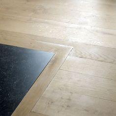 overgang van houten vloer naar tegelvloer. Mooi als overgang tussen badkamer en slaapkamer, of toilet en gang. Fotos van parketeninterieur-nl\sfeerfotos\houten-vloeren