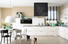 Sandtöne und Weiß machen die Küche freundlich... Dunstabzug mit Tafel :)