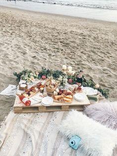 Boho Beach Picknick // Santa Barbara, CA. Picnic Date, Summer Picnic, Picnic At The Beach, Beach Picnic Foods, Beach Dinner, Beach Party, Comida Picnic, Cute Date Ideas, Romantic Picnics