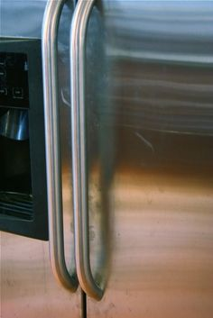 Oily fingerprints on your fridge? - Lots of cleaning tips, but I really want to try this stainless steel cleaner Household Cleaning Tips, Household Cleaners, Cleaning Hacks, Cleaning Supplies, Cleaners Homemade, Diy Cleaners, Homemade Stainless Steel Cleaner, Stainless Steel Refrigerator, Stainless Appliances