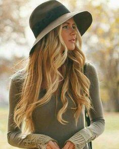 Grande tendência e peça chave do inverno e do próximo verão o chapéu pode ser combinado de muitas maneiras mas a melhor delas é deixar o look dia a dia com mais glamour. Use com calça jeans botas e malha para um inverno estiloso. Para ficar mais quentinho use com casaco de couro. Na Malu Modas temos todas as peças para você combinar com seu estilo!  Malu Modas whatsapp (19) 99647-8802 malumodas.campinas@gmail.com http://ift.tt/29Ss7Qh #moda #campinas #grife #modabrasileira