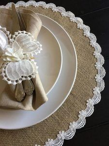 The simple and elegant pattern is quite appealing and gives a distinct look to your dining table. The simple and elegant pattern is quite appealing and gives a distinct look to your dining table. Burlap Crafts, Diy And Crafts, Diy Centerpieces, Table Decorations, Burlap Table Runners, Boho Home, Burlap Lace, Decorating Small Spaces, Elegant