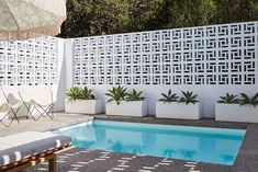 14 unique breeze block wall inspiration for housing that suit to apply as a fence, in the backyard or even inside the room. Cheap Privacy Fence, Privacy Screens, Pergola Screens, Pergola Roof, Diy Pergola, Inspiration Wand, Furniture Inspiration, Breeze Block Wall, Building Raised Garden Beds