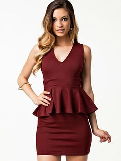 V Front Peplum Dress - Club L - Aubergine - Festklänningar - Kläder - Kvinna - Nelly.com