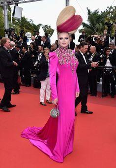 Cannes 2016 -- Elena Lenskaya - Pas un tapis rouge cannois sans une tenue et une coiffure impressionnantes d'Elena Lenskaya... Pour ce vendredi 13, elle avait opté pour des cheveux coeur