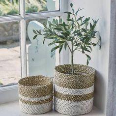 Comment fabriquer un panier cache-pot ? Rope Basket, Basket Weaving, Ikea Picture Ledge, Diy Bedroom Decor, Diy Home Decor, Ikea Pictures, Wie Macht Man, Blog Deco, Basket Decoration