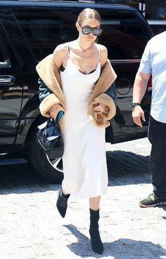 66e9cdcd87 струящийся шелк невероятно удачно сочетается с мехом Gigi Hadid Outfits