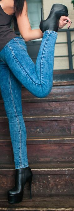 Weibliche Hochhackige Stiefel Browns Stockbild Bild von