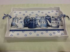 Lovely tray in white and blue Art And Hobby, Painted Trays, Woodworking Box, Painting On Wood, Stencil, Tea Party, Diy And Crafts, Upcycle, Blue And White