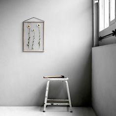 Enkelthed definerer i høj grad den nytænkende ramme fra det danske designbrand MOEBE. Rammen består af to plexiglasplader, fire stykker egetræ og en elastik.