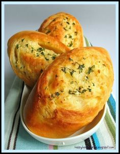 I need to try these Garlic Buns. From the photo, these tasty buns look almost like mini baguettes with a hard crisp crust, however, they are suppose to taste just like soft dinner rolls. Bread Recipes, Cooking Recipes, Erma Bombeck, Bread Bun, Yummy Food, Tasty, Home Baking, Bread And Pastries, Dinner Rolls