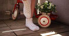 Nyt jaankin ohjeen näihin yksinkertaisiin, kevyisiin ja pitsillä koristeltuihin villasukkiin, jotka ovat helpot ja nopeat tehdä. Knitting Socks, Leg Warmers, Diy, Fashion, Knit Socks, Leg Warmers Outfit, Moda, Bricolage, Fashion Styles
