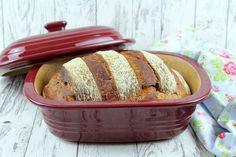 Dieses Brot hat eine kräftige Kruste und einen leicht mild-säuerlichen Brotgeschmack.Es ist relativ unkompliziert in der Zubereitung und die meisten Zutaten haben wir immer im Haus. Kein Wunder, da…