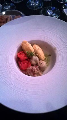 Pastel de maíz con pebre de alcachofas, cilantro, tomate y cebolla y salmón con costra de hierbas