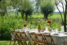 Lange tafels in het gras