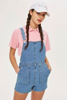 Channel a retro-inspired look with our short denim dungarees in mid stone. We're styling them with a cute t-shirt for an effortless look that works for summer days out. Jeans Petite, Petite Shorts, Dungarees Shorts, Denim Shorts, Dungaree Dress, Black Shorts, Casual Shorts, Outfit Vintage, Estilo Geek