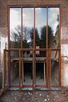 Nieuwe pui over 2 verdiepingen van de woning. Door een vide te maken is een deel van het souterrain bruikbaar gemaakt in een tuinkamer.