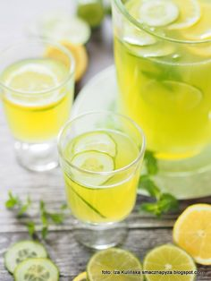 This homemade mint lemonade is refreshing, tasty and perfect for summer parties. This summer drink is made with fresh lemon juice and fresh mint and only takes minutes to make. Whiskey Lemonade, Lemonade Cocktail, Whiskey Cocktails, Superfood, Healthy Lemonade, Old Fashion Cocktail Recipe, Quick Appetizers, Honey Recipes, Happy Foods
