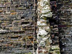 Medieval_brick_wall_beside_Roman_brick_wall.jpg (2048×1536)