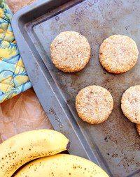 VEGAN COOKBOOK | Веганские рецепты  ПРОСТОЕ КОКОСОВОЕ ПЕЧЕНЬЕ С БАНАНОМ ‾‾‾‾‾‾‾ ЧТО:  ✦ 1 спелый банан ✦ 3/4 стак. кокосовой стружки  КАК:  1. Разогреть духовку до 170°С. Смазать противень и отставить в сторону.   2. Взбить в блендере оба ингредиента.   3. Сформировать из массы печенья, выложить на противень и запекать в течение 25 минут до золотистости.
