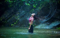 Hòa trong màu trắng kỳ ảo đó là dòng suối trong vắt, mát rượi cùng tiếng ca của muôn loài chim hay tiếng cười của những thiếu nữ dân tộc.