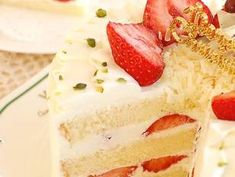 Strawberry Short Cake (japanese style) a very popular cake in Japan. Looks delicious Japanese Strawberry Shortcake, Strawberry Cakes, Strawberry Juice, Sponge Cake Recipes, Asian Sponge Cake Recipe, Japanese Sponge Cake Recipe, Kolaci I Torte, Sweet Cakes, Vanilla Cake