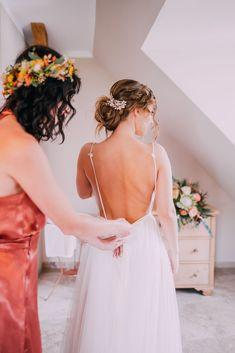 fließendes Brautkleid aus Tüll, leichtes Hochzeitskleid aus Softtüll, tiefer Rückenausschnitt /Foto: www.pixellicious.at Girls Dresses, Flower Girl Dresses, Bridal, Wedding Dresses, Fashion, Photos, Wedding Dress, Bride Dresses, Moda